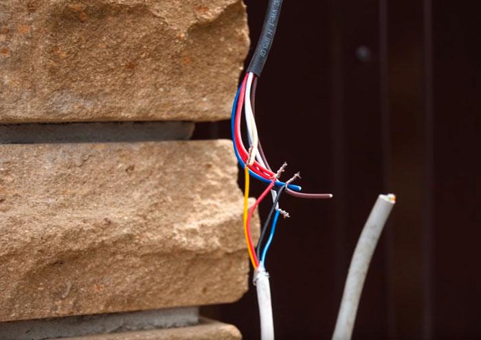соединение вызывной панели скруткой проводов