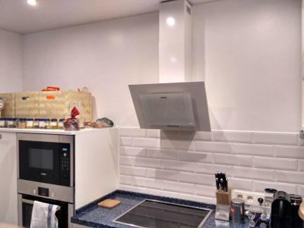 Вытяжка над плитой на кухне